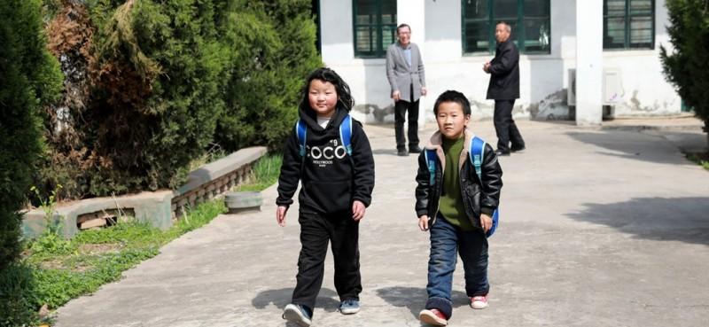 放学了,邵存宇和邵婉玉与老师告别后回家。