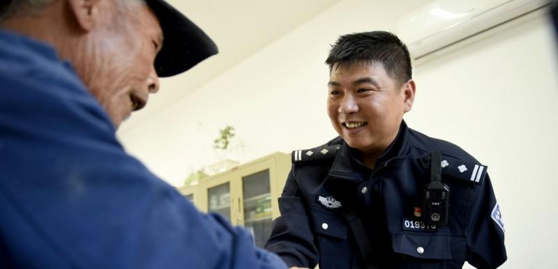 鲍志斌出生于1980年,爷爷、父亲、叔叔都曾在公安系统工作。2001年参加公安工作以来,一直在基层派出所。图为4月16日,鲍志斌接待来访群众。