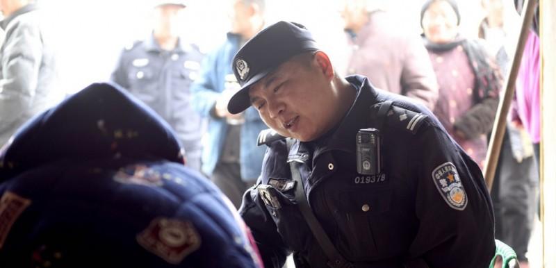 图为鲍志斌看望自己结对帮扶的困难群众庞德翠,并送上今年3月份的500元帮扶生活费