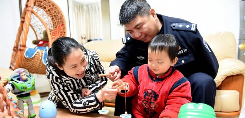 下班回到家中与儿子玩乐是鲍志斌最好的解乏方式。