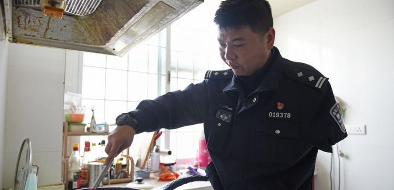 鲍志斌在家烧饭,他相信别人能做到的事情自己也能做到。