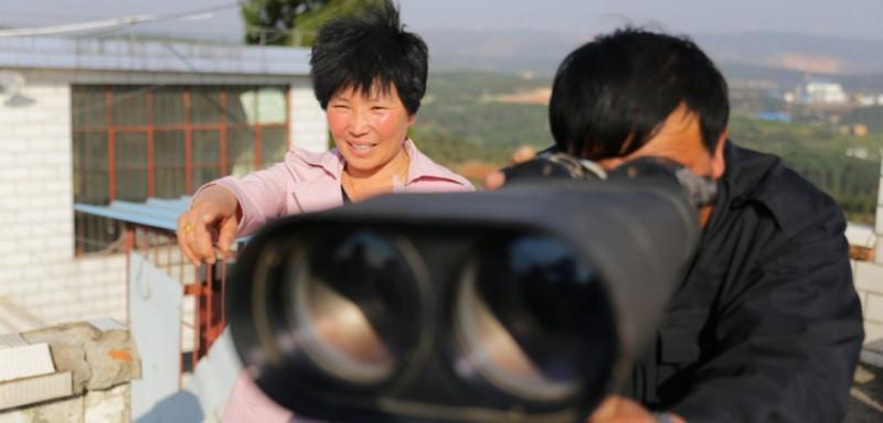"""2000年底,张家富、许赛定夫妇开始在云南省曲靖市沾益区水家梁子做瞭望观测员,18年来,这对夫妇一直坚守在海拔2015米的高山顶,负责可视范围内的城市面山及周边近36万亩林地火情瞭望工作。他们所在的867瞭望台,被外人亲切地称为""""夫妻瞭望台""""。"""