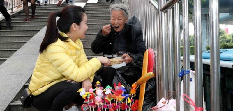 """一次、两次、三次……从那以后,王媛媛每逢经过天桥,都会特别关注这位摆摊奶奶,只要遇到,她都会买一些小玩意。渐渐地,两个人算是认识了。""""每次看到奶奶,我就想帮助她,多给她一些钱。""""王媛媛觉得,自己的帮助杯水车薪,她留下电话,嘱咐李秋花以后可以联系她。李秋花不识字,却倔强地让王媛媛把名字写在本子上,自那以后,王媛媛时常能接到老人的电话。"""