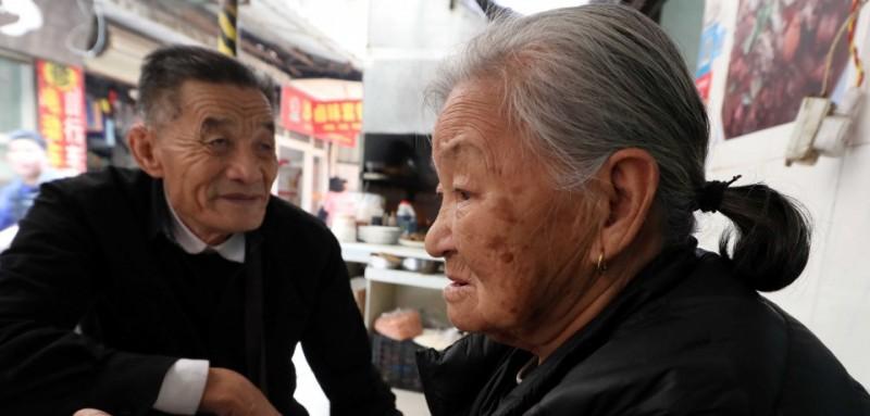 李秋花今年已80岁,她每周都要到江头批发市场批发小商品,再到瑞景天桥摆摊售卖,每月赚1000多元,除去四五百元的房租,剩下的钱仅够老两口生活所需。