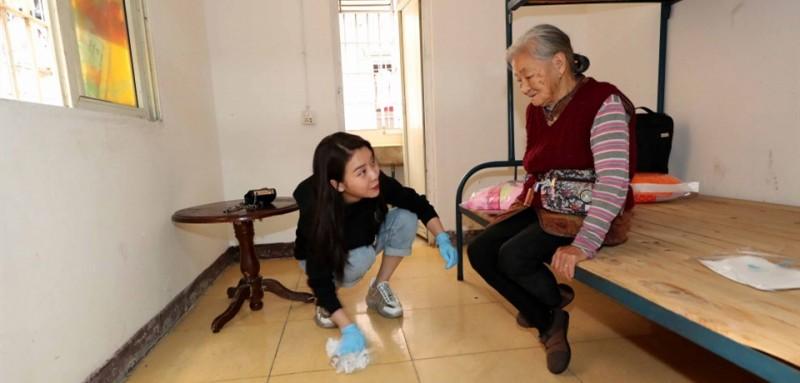 最令王媛媛心疼的是,有一次,她到老人的家中打扫卫生才知道,除早饭在家吃稀饭外,老人一天在外只吃一餐,吃的是一个1元的馒头。