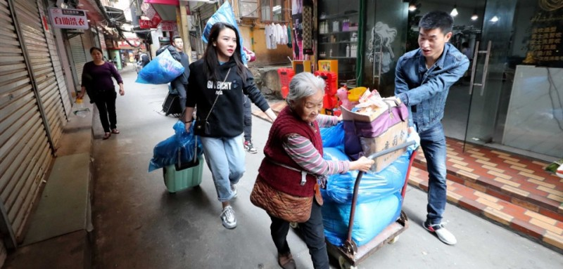 上个月,王媛媛和杨怡及其他 空姐空少帮两位老人搬新家。房东得知老人的困难后,决定免费租房子给她,可老人却坚持支付一半的房租。