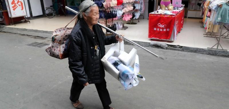 """4  """"一人之力毕竟有限,越来越多的人注意到奶奶,我觉得很高兴。""""媛媛告诉记者,她会继续尽力帮助奶奶,但也难免担忧,奶奶今年已80岁,若有天她走不动了,无法再继续摆摊了,她的生活该怎么办?媛媛说,她最希望的,大家共同接力,让奶奶最后能有一个安享晚年的去处。"""