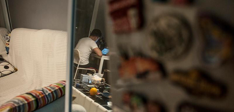 旅行的时候,到一个地方就会收集一枚当地的冰箱贴,当作是自己到这个世界上的痕迹。但宅在家里和离家一万公里,其实并没有本质区别。