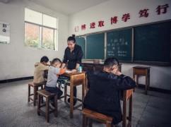 """""""95后""""查冬萍:三个学生的教师"""