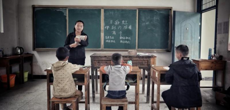 一间教室,一个老师,三个学生,语文、数学、音乐、体育……全是查老师一个人教。