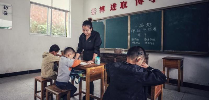查老师在上课。
