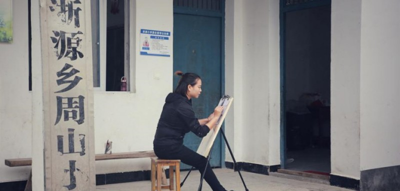查老师在练习画画。