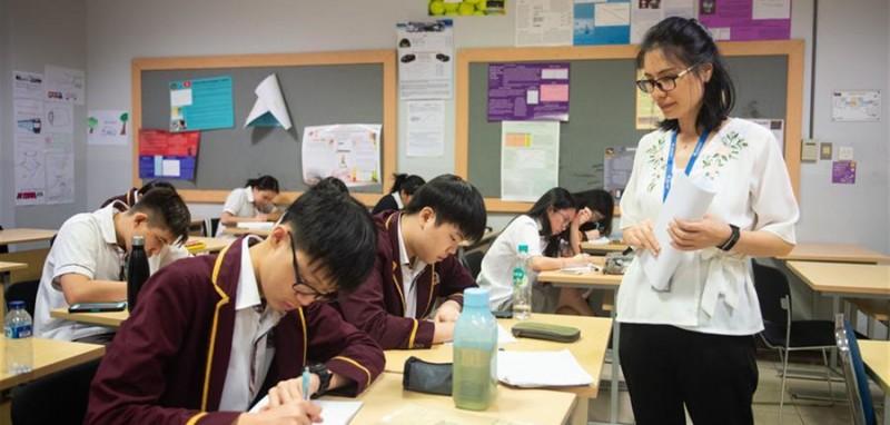 4月24日,在印度尼西亚雅加达建国学校,史依凡在汉语课上进行随堂测试。