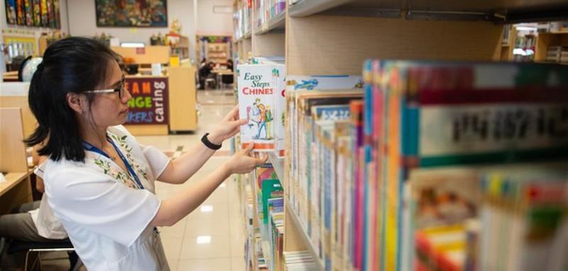 4月24日,在印度尼西亚雅加达建国学校,史依凡在学校图书馆查阅资料。