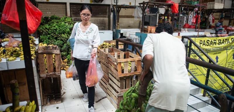 5月3日,在印度尼西亚雅加达一个农贸市场,史依凡在下班后购买蔬菜水果。