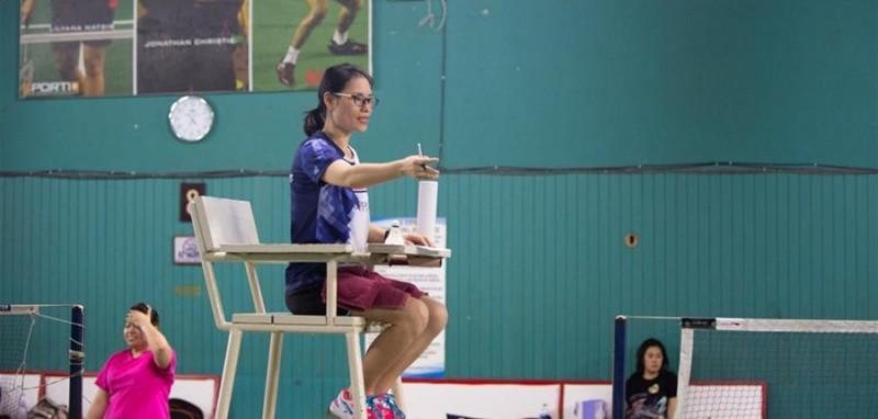 4月28日,在印度尼西亚雅加达一个羽毛球馆内,史依凡在为一场比赛担任裁判。