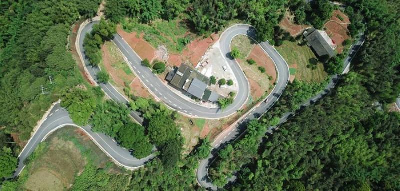 这是5月10日无人机拍摄的赤水竹海国家森林公园景区的旅游公路。