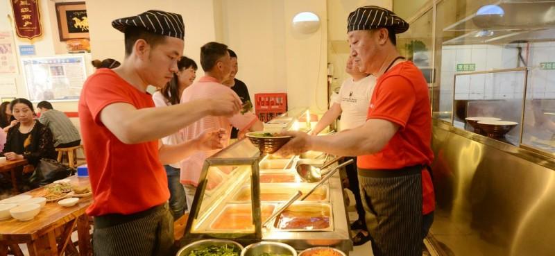 餐馆只有100多平方米,几十个座位,每天食客都爆满,很多是回头客。而且经常有郑州、中牟等外地客人慕名前来就餐。