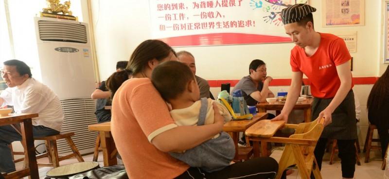 看到有小朋友来用餐,面馆服务员马上为他准备宝宝座椅,体贴又周到。