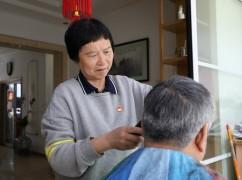 义务剪发18年的退休理发师