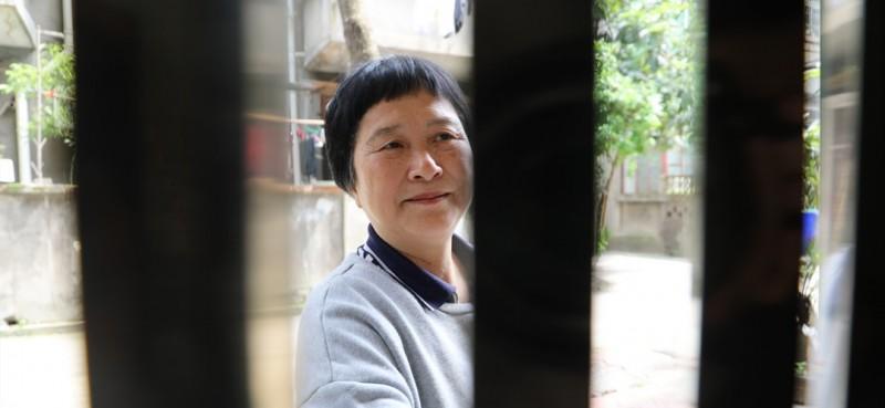 """""""退休了,在家闲着也是闲着,就萌发了帮居民们理发的想法,得到了家里人的支持,我的第一把电推剪子还是我爱人买给我的。""""就这样,从2001年开始,邹勤敏便为社区居民提供免费理发服务。她心里装着一份清单,哪位""""熟客""""到了剪发的日子还没联系她,她就主动上门为其服务。"""