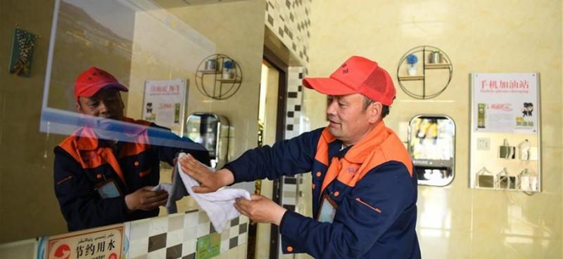 保洁员在阿勒泰市区一公共厕所内工作。