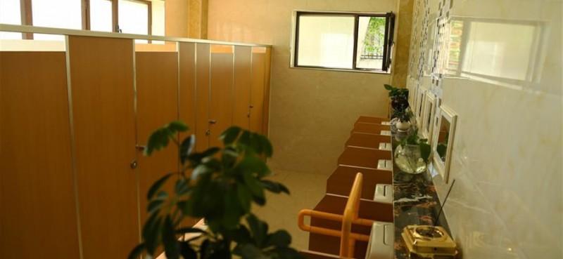 在阿勒泰市区拍摄的一公共厕所内景。