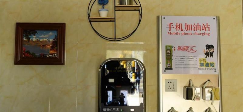 在阿勒泰市区拍摄的一公共厕所室内部分设施。