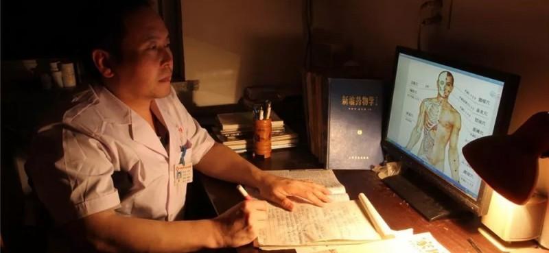 卢志军1963年出生,河北魏县车往镇车西村人,大专学历。系魏县车往中心卫生院中医科主任,中医副主任医师。他3岁患小儿麻痹症,双下肢瘫痪,但他身残志不残,顽强与命运抗争,自学成才,从一名处处需要别人帮助的残疾人,成为一名能时时刻刻帮助别人的白衣天使。