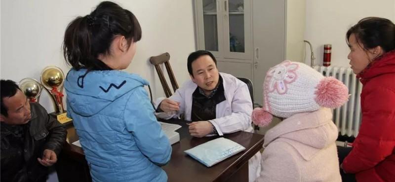 由于他医德高尚,医术精湛,慕名前来看病的患者络绎不绝。