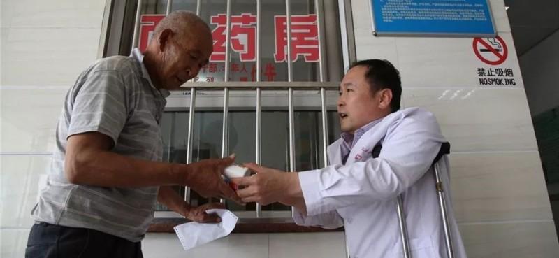 他对病人关心备至,多次用自己的钱为病人垫付药费,能为病人治好病解除痛苦,是他最大的心愿。
