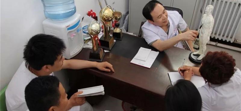 工作之余,他和同事们一起探讨医学知识。