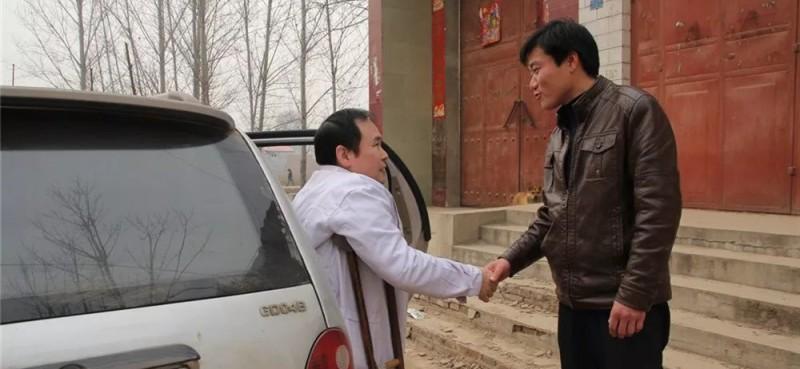 他还经常下村看病、送医上门,解决患者就医难看病难问题。