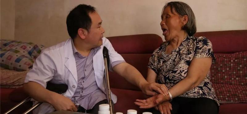 走村入户,为患者问诊把脉。