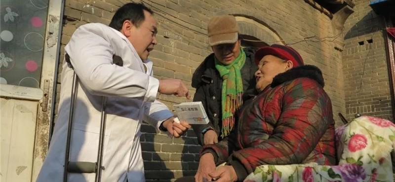为行动不便的患者送医送药上门。