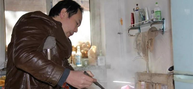 下班了,不顾身体的劳累,帮着妻子烧水做饭,热腾腾的面条中飘逸着家的温馨。