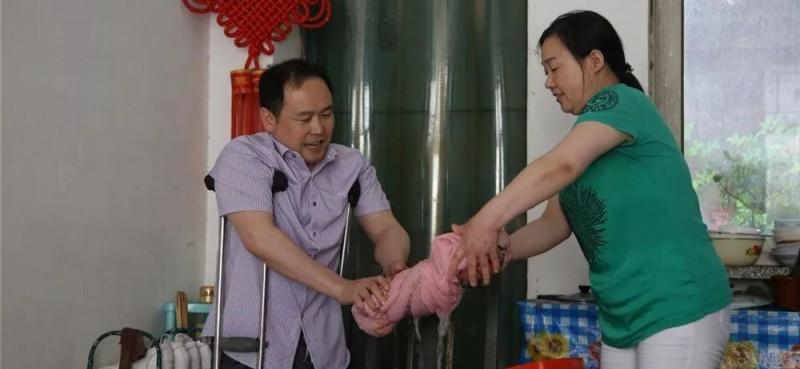 他说,在家能帮着妻子干点家务活,也是件很高兴的事儿。
