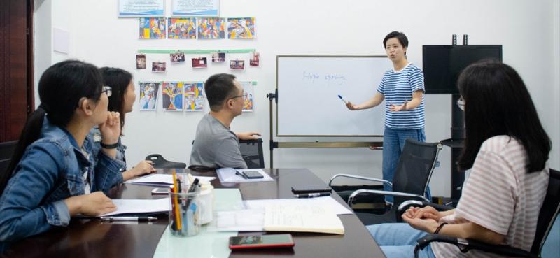 由于会汉语、英语、中国手语、美国手语等四种语言, 2016年郑璇作为我国首位公派聋人教师,前往美国从事为期一年的教学交流工作,用美国手语,讲述中国故事,传播中国文化。