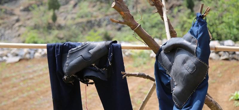 """图为曾付学缝制有橡胶""""耐磨贴""""的裤子。"""