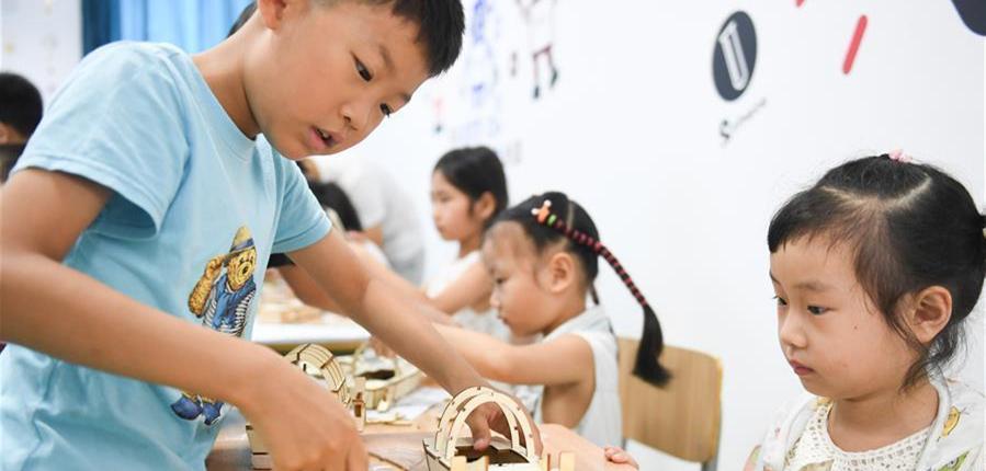8月6日,孩子们在吴兴区青少年活动中心进行电动船模制作。        暑期以来,浙江省湖州市吴兴团区委为外来务工子女、农村留守儿童、贫困家庭儿童等开展红领巾公益课堂、研学夏令营、机器人夏令营等活动,让孩子们度过一个有意义的暑假。