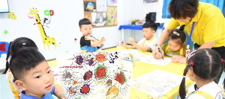 8月6日,孩子们在吴兴区青少年活动中心参加幼儿绘画课。