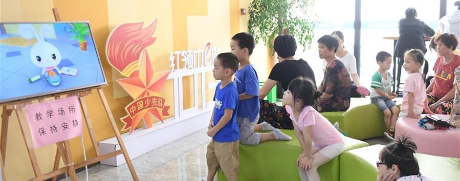 8月6日,孩子们在吴兴区青少年活动中心观看安全教育动画片。