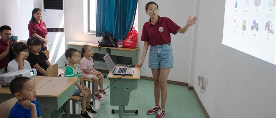 8月6日,大学生志愿者在吴兴区青少年活动中心为孩子们讲解垃圾分类。