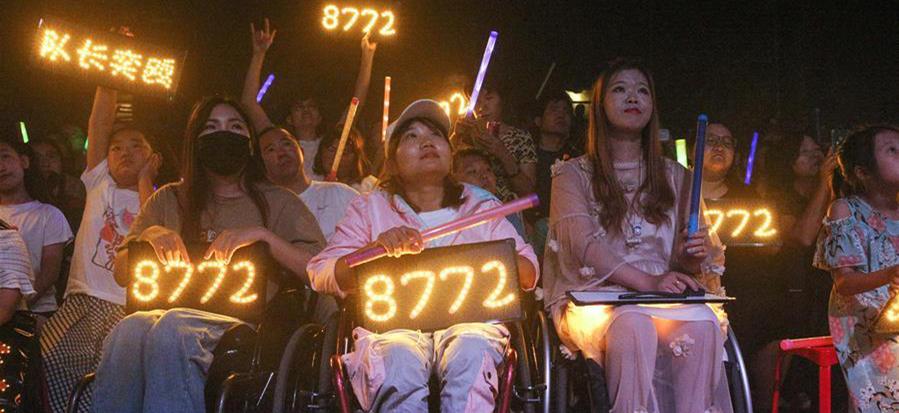 8月14日,观众在欣赏8772乐队表演。来源:新华网