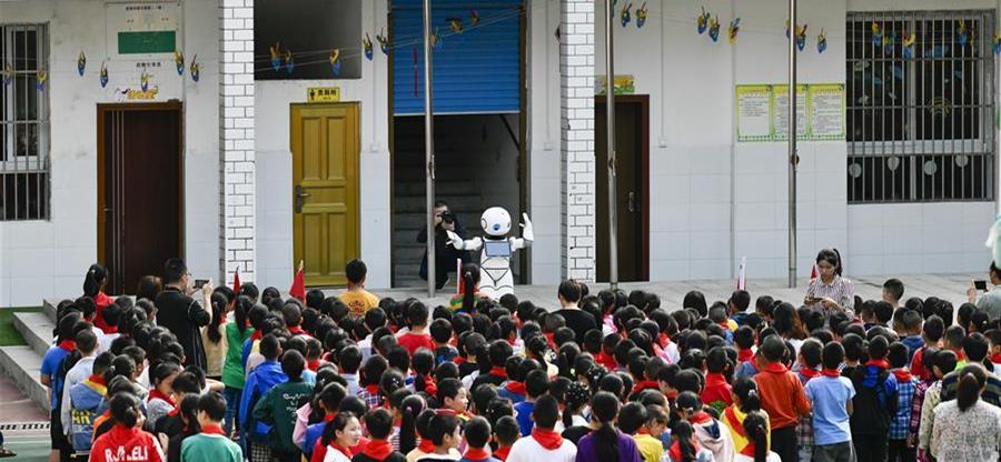 9月2日,在城口县蓼子乡第一中心小学开学典礼上,机器人老师给孩子们上科普教育课。9月2日开学第一天,地处重庆市城口县大山深处的蓼子乡第一中心小学迎来了一位机器人老师。据介绍,这款教育智能机器人由蓼子乡第一中心小学的对口帮扶学校——重庆市九龙坡区重庆铁路小学联合重庆智加美科技有限公司提供。机器人老师深入到蓼子乡第一中心小学及其附属村小开展为期一天科普教育课,旨在让偏远地区的孩子普及人工智能等相关知识,开拓眼界。
