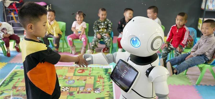 9月2日,在城口县蓼子乡第一中心小学附属的乡村小学莲花小学开学典礼上,机器人老师在和乡村小学的孩子进行互动交流。