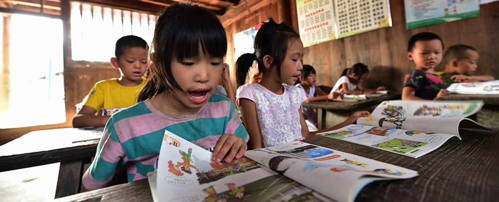 孖尧小学孩子们的父母大多在外打工,潘平忠老师就是那个大家长。