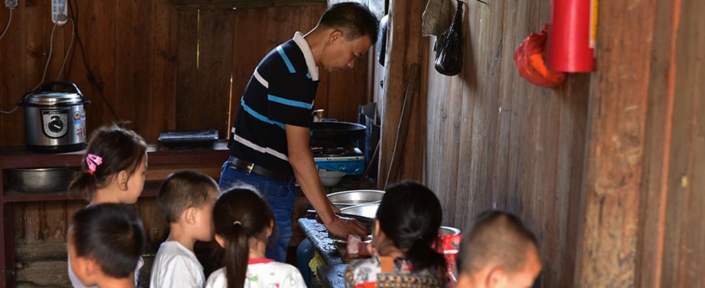 潘平忠给学生做最后一顿午餐。