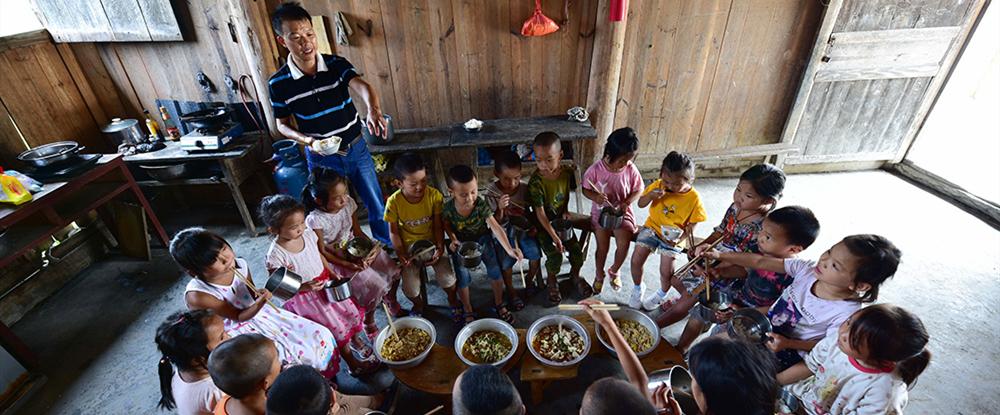 购买营养餐的食材、做营养餐,都是潘平忠一个人。镇子上的学校都实行配送,但这里是单独教学点,离镇比较远,所以食材都是潘平忠骑车到镇上去买。