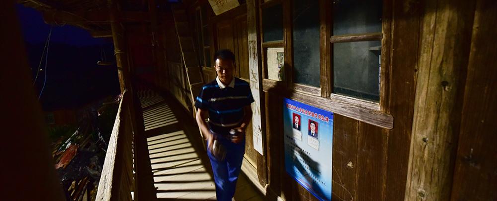 深夜,潘平忠锁上学校大门,独自离开了学校。孖尧小学从此成为历史。